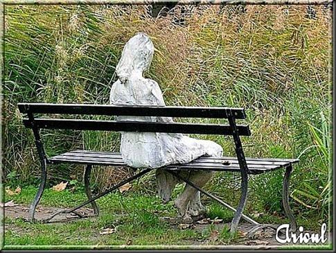Arioul---Femme-assise-dans-le-parc-de-la-fondation-Giannada