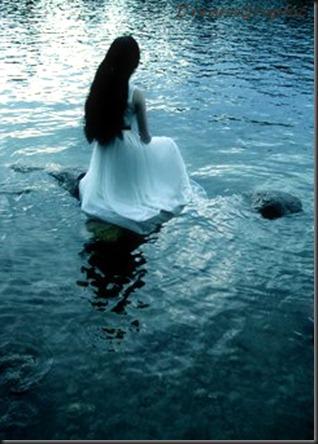 femme-assise-sur-l-eau