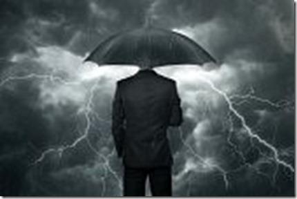 18964956-difficultes-a-venir-concept-d-affaires-avec-le-parapluie-debout-sous-la-pluie